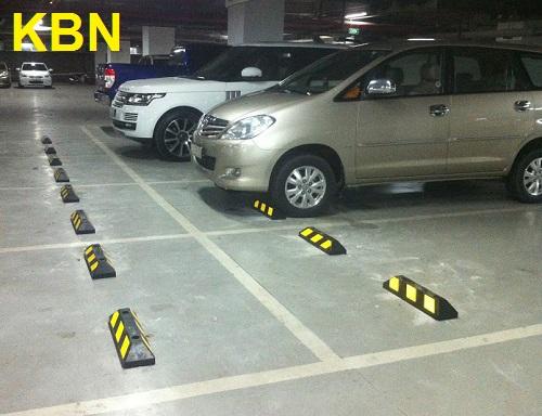 chặn bánh xe KBN-550 gắn tại bãi đậu xe